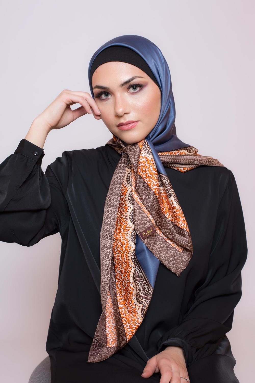 Hijab satiné carré bleu pétrole