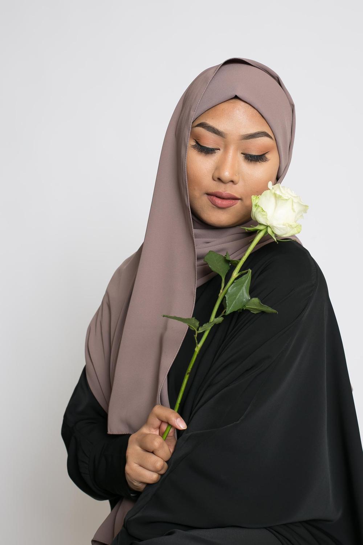 Hijab prêt à nouer soie de médine taupe marroné