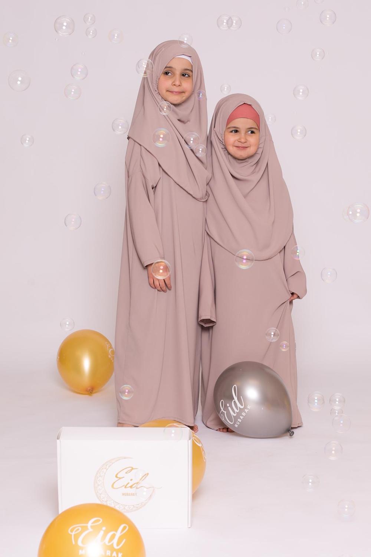 Robe enfant hijab intégré soie de médine taupe clair
