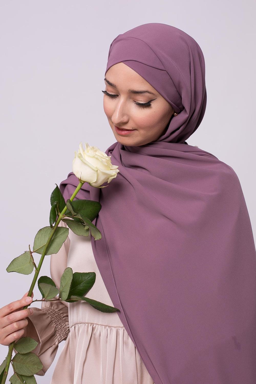 Hijab croisé à nouer soie de médine lilas foncé