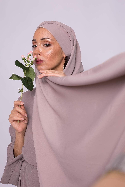 Hijab croisé à nouer soie de médine taupe