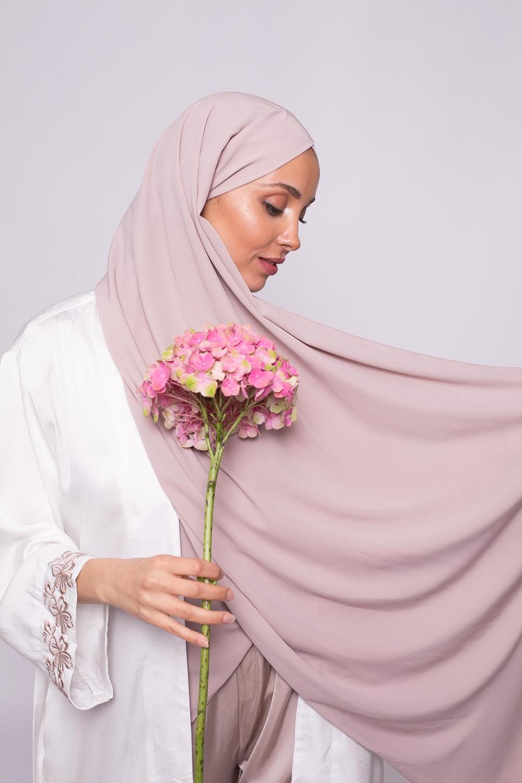 Hijab croisé à nouer soie de médine taupe clair