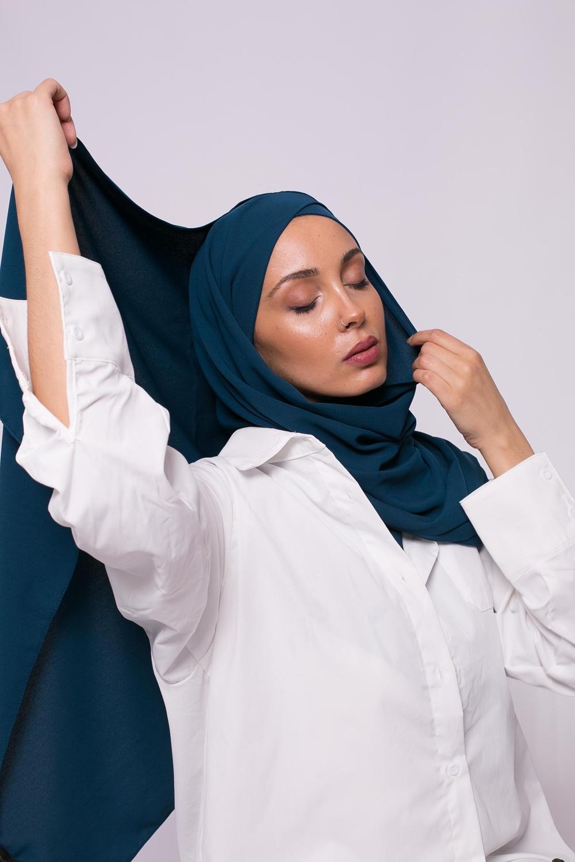 Hijab croisé à nouer soie de médine pétrole